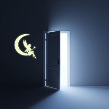 Svíticí samolepka na zeď - Víla na měsíčku